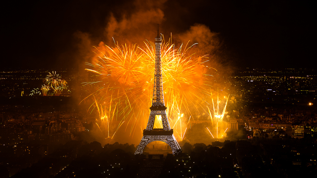 """Bastille Day Fireworks Feu d'artifice sur le thème """"Les Comédies Musicales, de Broadway à Paris"""" conçu par David Proteau, tiré par Lacroix Ruggieri."""